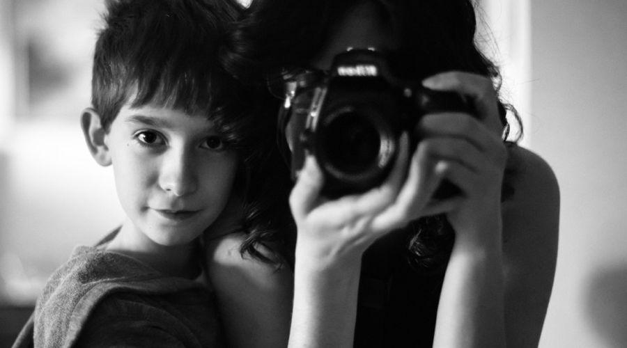 La fotografia AVVICINA – Collaborazione fotografica tra una madre fotografa Kate Miller-Wilson e suo figlio Eian.