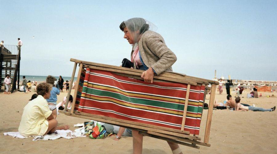 Vita da spiaggia, il libro di Martin Parr che racconta tutti noi in 100 foto.